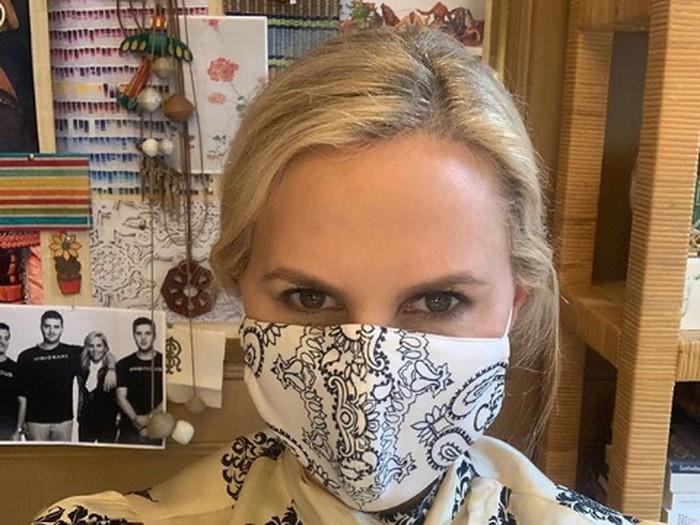 Masker Tory Burch yang habis terjual dalam satu jam.