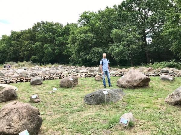 Beragam bebatuan di area museum yang diberi kode asal dan tipe batudimuseum HunebedBelanda.