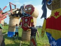 Untuk membuat patung ini bisa tegak mereka menggunakan batang beso dan tiang untuk penyeimbang. (Two Castles Community Festival/Facebook)