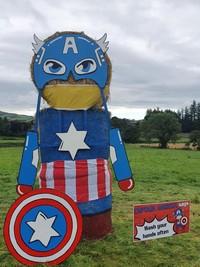 Hal unik dilakukan oleh sebuah desa bernama County Tyrone yang berada di Ulster, Irlandia. Mereka membangun ragam patung superhero dari jerami dengan ukuran raksasa. (Two Castles Community Festival/Facebook)