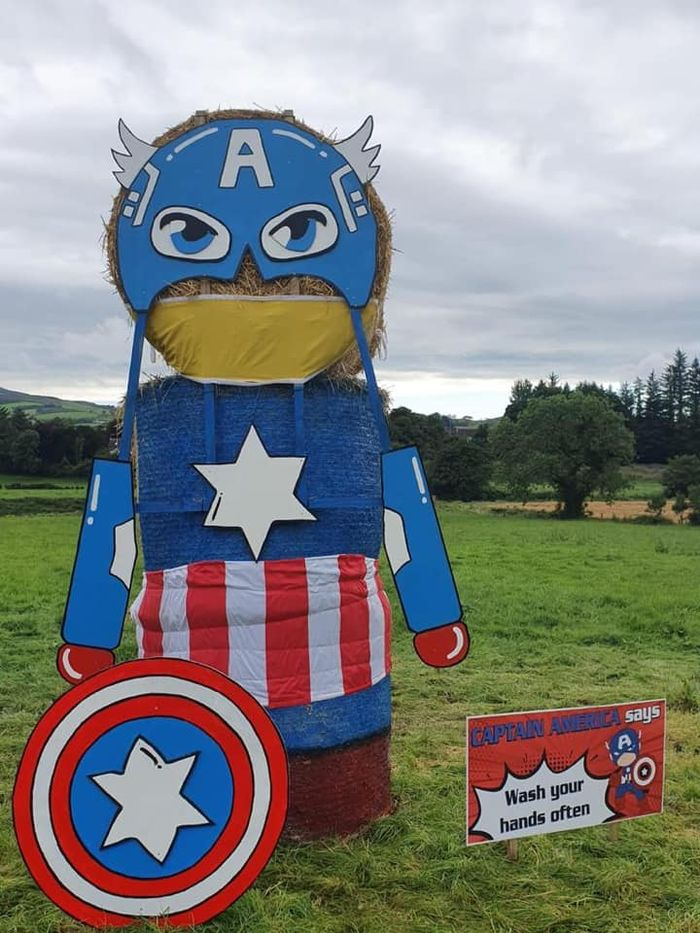 patung jerami superhero