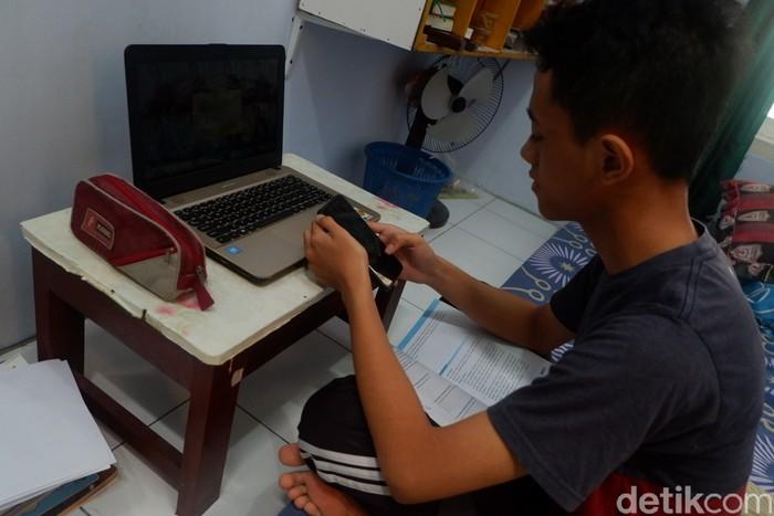 Pelajar SMA di Banjarnegara, Satria Adi Pamungkas membuat manisan salak untuk beli kuota demi belajar online, Rabu (19/8/2020).