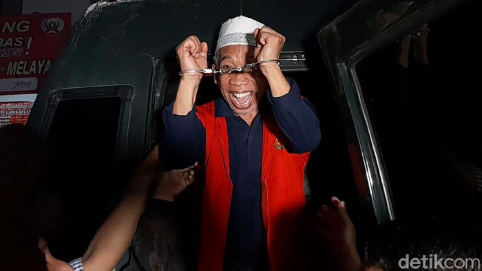 Pelawak Nurul Qomar hari ini dieksekusi ke Lapas kelas II Brebes. Disana, ia langsung pamer borgol saat turun dari mobil.