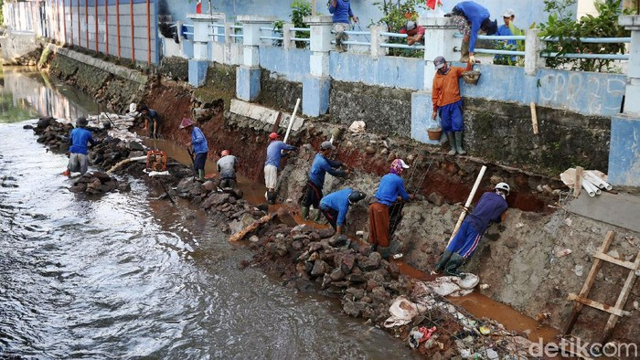 Pekerja menyelesaikan perbaikan turap Kali Pancoran di Jakarta, Rabu (19/8/2020). Perbaikan yang dilakukan merupakan bagian dari perawatan rutin guna memperkuat dinding turap sehingga mencegah kelongsoran.