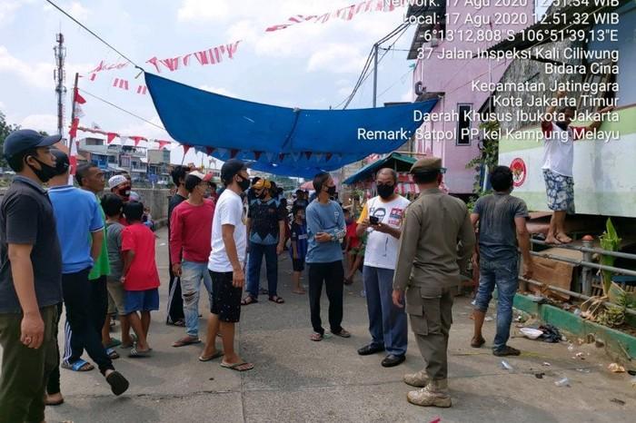 Petugas Satpol PP Jakarta Timur membubarkan kerumunan warga yang menjadi peserta serta penonton lomba 17 Agustus di Kampung Melayu, Jakarta Timur, Senin (17/8/2020). (ANTARA/HO-Satpol PP Jaktim).