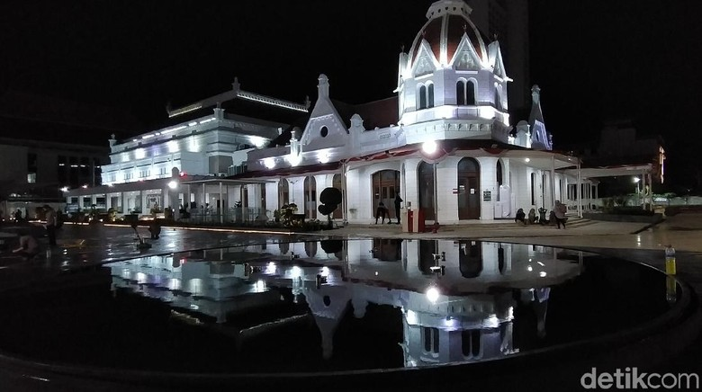 Pemerintah Kota (Pemkot) Surabaya akan meresmikan plaza atas kompleks Balai Pemuda Surabaya. Kawasan yang difungsikan sebagai wadah kegiatan para penggiat seni dan budaya tersebut, kini semakin cantik dan sejuk karena dilengkapi dengan dua air mancur kabut.