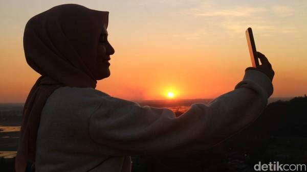 Pesona pemandangan puncak Baro-baro ini memang menjadi salah satu tempat favorit traveler yang berburu spot foto untuk diunggah di media sosial.