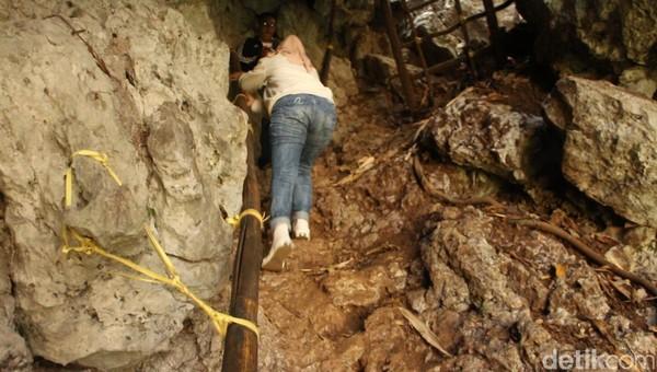 Untuk sampai ke puncak Baro-baro, traveler harus ekstra hati-hati karena jalan menuju ke puncaknya sangat terjal dengan kemiringan mencapai 45 derajat.