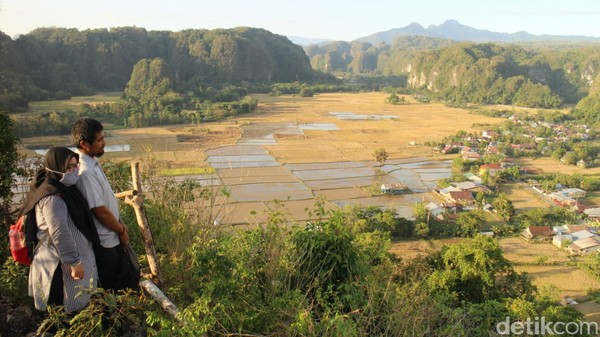Puncak Baro-baro yang berada di kelurahan Kalabbirang, Kecamatan Bantimurung, Maros, Sulawesi Selatan layak Anda kunjungi. Pemandangannya mirip Ngarai Sianok di Bukittinggi.