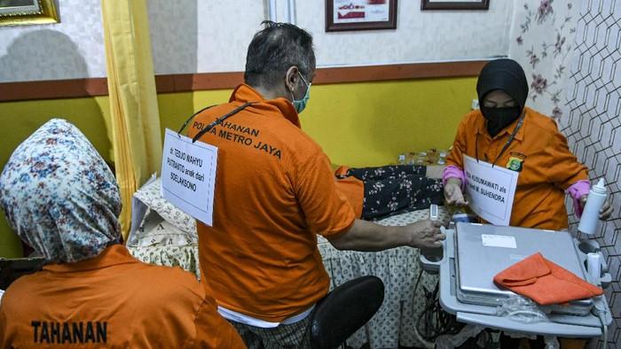Sejumlah tersangka melakukan adegan rekonstruksi dari praktik aborsi ilegal di klinik kawasan Raden Saleh, Jakarta, Rabu (19/8/2020). Polda Metro Jaya menggelar rekonstruksi sebanyak 41 adegan dari 17 tersangka praktik aborsi ilegal yang merupakan pengembangan kasus pembunuhan pengusaha roti asal Taiwan Hsu Ming-Hu oleh sekretarisnya berinisial SS di Cikarang, Kabupaten Bekasi, Jawa Barat. ANTARA FOTO/M Risyal Hidayat/aww.