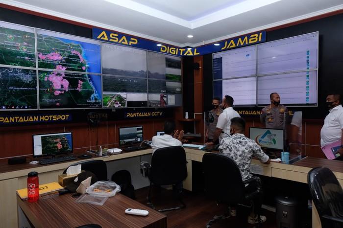 Ruang komando CCTV karhuta Jambi (Ferdi-detikcom)
