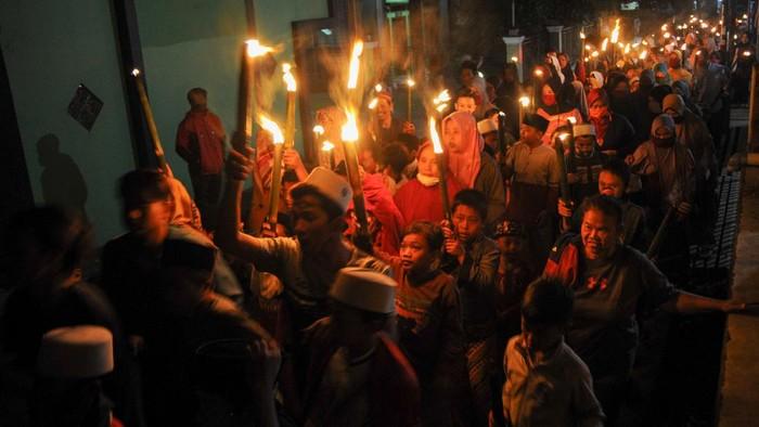Pawai obor digelar sejumlah warga dibeberapa tempat dalam rangka menyembut Tahun Baru Islam, 1 Muharram 1442 Hijriah.