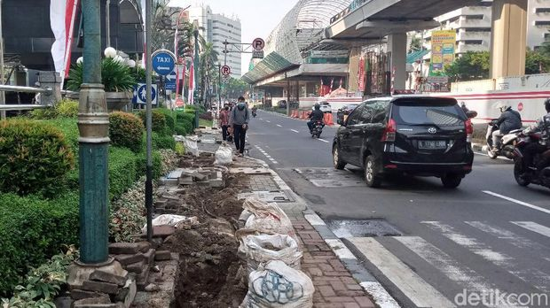 Trotoar di Jalan HR Rasuna Said Jaksel dibongkar