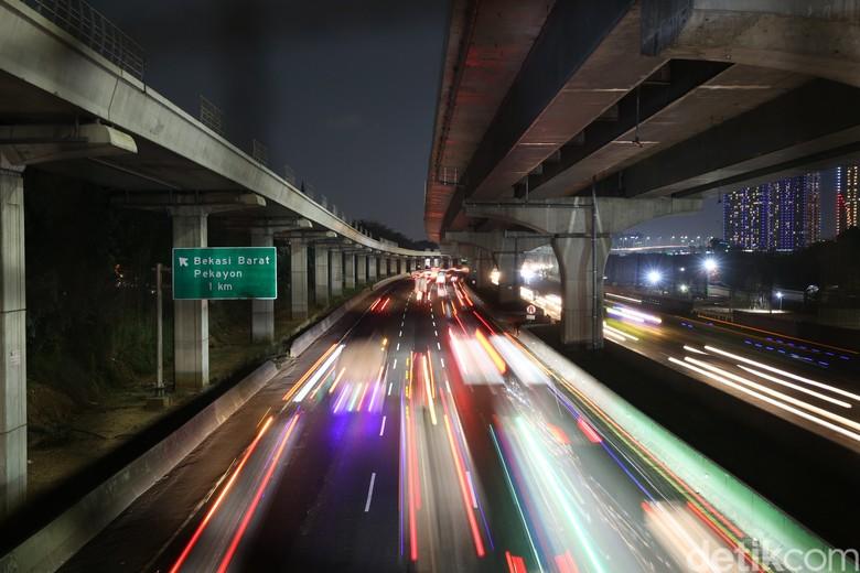 Ruas jalan Tol Jakarta-Cikampek (Japek) terpantau ramai lancar. Volume kendaraan meningkat jelang libur Tahun Baru Islam