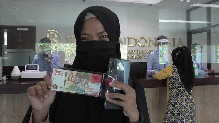 Warga Jember Ramai-ramai Tukar Uang Rp 75 Ribu ke Bank Indonesia