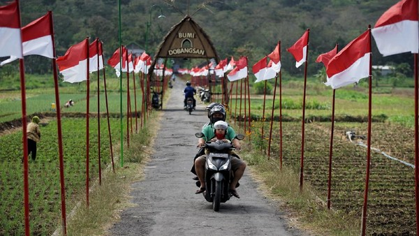 Pengendara sepeda motor melaju di kawasan Dobangsan, Giripeni, Wates, Kulon Progo, D.I Yogyakarta, Rabu (19/8/2020).