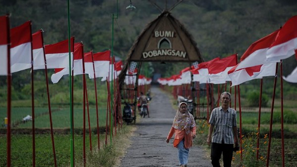 Jalan kampung yang dihiasi ribuan bendera Merah-Putih untuk memperingati HUT ke-75 Kemerdekaan Republik Indonesia itu menjadi destinasi wisata alternatif di D.I Yogyakarta khususnya bagi para pemburu swafoto.