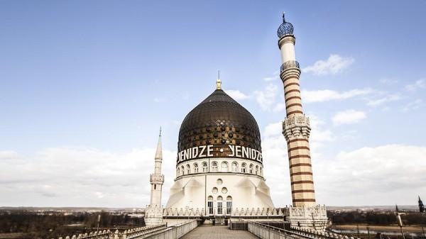 Menjawab tantangan itu, arsitek bernama Martin Hammitzsch hadir dengan sebuah ide. Mengakali aturan tersebut, Martin mendesain bangunan pabrik dengan gaya art-deco yang terinspirasi dari masjid (yenidze.eu)