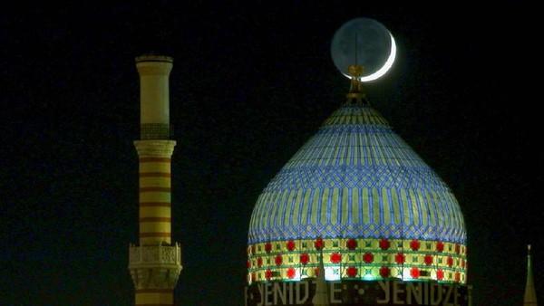 Pesona eks pabrik rokok Yenidze di malam hari. Indah dan memang mirip masjid(yenidze.eu)