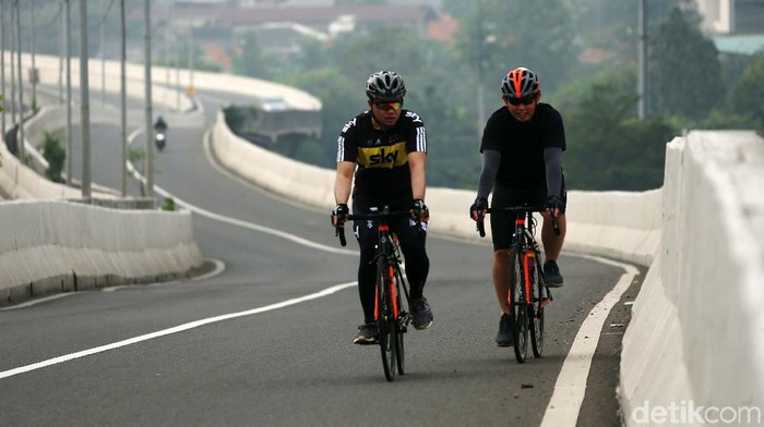 Meski dilarang, para sepeda nekat melintasi JLNT Casablanca, Jakarta, Kamis (20/08/2020). Padahal hal ini sangat berbahaya bagi mereka.