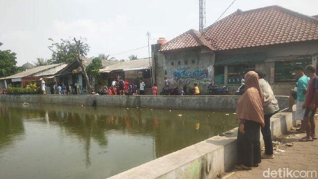 Ikan-ikan di Situ Rawa Besar, Depok mendadak mati.