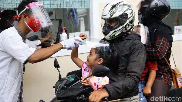 Meski di tengah pandemi COVID-19, tak sedikit warga yang mendatangi Taman Mini Indonesia Indah (TMII) untuk berwisata bersama keluarga. Namun, guna mencegah penyebaran virus Corona, para pengunjung yang hendak masuk ke objek wisata tersebut akan terlebih dahulu diukur suhu tubuhnya.