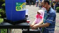 Sejumlah fasilitas penunjang penerapan protokol kesehatan, seperti tempat cuci tangan pun tersedia di beberapa area objek wisata tersebut.