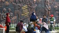 Guna mencegah penyebaran virus Corona, pengunjung pun diimbau untuk mengenakan masker saat beraktivitas di kawasan Taman Mini Indonesia Indah.