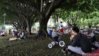 Tak sedikit warga yang datang ke Taman Mini Indonesia Indah (TMII) bersama keluarga di saat libur panjang tahun baru Islam 1442 H.