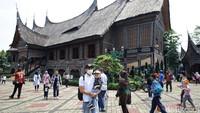 Sejumlah warga mengunjungi kawasan Taman Mini Indonesia Indah untuk mengisi waktu libur panjang tahun baru Islam 1442 H, Kamis (20/8/2020).