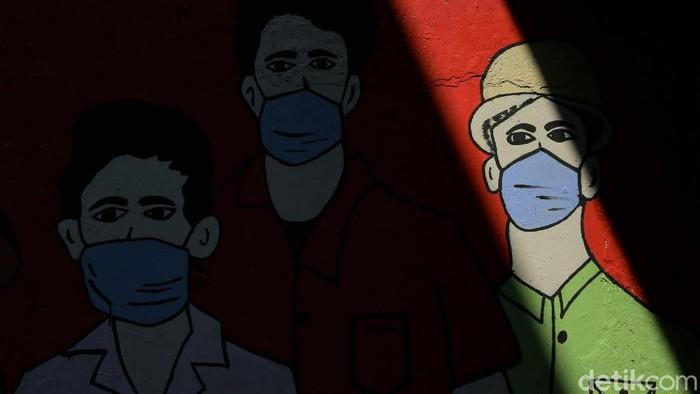 Mural melawan penyebaran virus Corona hiasi kawasan Setu, Cilangkap, Jaktim. Mural itu dibuat untuk dukung perjuangan para petugas di garda depan lawan COVID-19