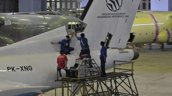 Proses pembongkaran dilakukan secara hati-hati. Rangkaian pesawat yang dibongkar itu nantinya akan dirangkai kembali untuk dipajang di Museum Pusat Dirgantara Mandala di Lanud Adi Sucipto, DIY Yogyakarta(dok PT DI)