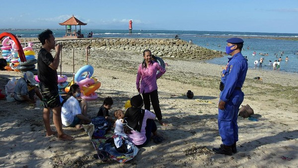 Pantai Sanur di Denpasar, Bali, pun tak ketinggalan ramai didatangi oleh para wisatawan saat libur panjang. ANTARA FOTO/Nyoman Hendra Wibowo.