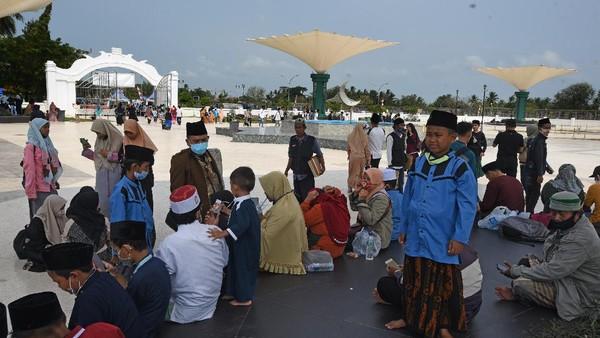 Sejumlah wisatawan mengunjungi kawasan wisata religi kompleks Masjid Kesultanan Banten di Kasemen, Serang, Banten, Kamis (20/8/2020). ANTARA FOTO/Asep Fathulrahman.