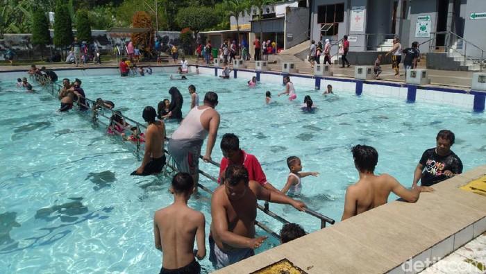 Pemandian air panas Padusan di Kecamatan Pacet, Kabupaten Mojokerto diserbu wisatawan yang menikmati long weekend. Pengelola objek wisata membatasi jumlah pengunjung, maksimal 1.400 orang dalam satu hari.