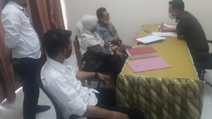 Penyerahan berkas anggota DPRD Donggala pengelola tambang emas ilegal