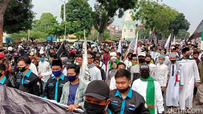 Warga Kota Medan, Sumatera Utara (Sumut), tumpah ruah ke jalan memperingati Tahun Baru Islam 1 Muharam 1442 H. Peringatan itu diwarnai parade berkuda.