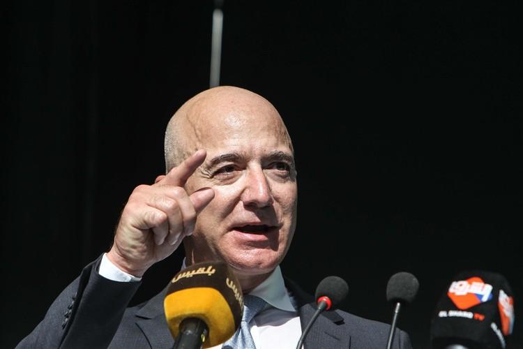 Jeff Bezos mencatat jumlah kekayaan tertinggi sepanjang masa. Kekayaan pendiri dan CEO Amazon ini melonjak Rp 105 triliun (kurs Rp 14.700/US$) hanya dalam semalam.