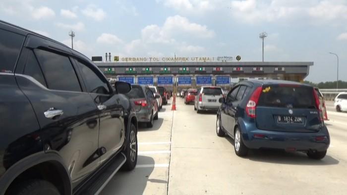 Volume kendaraan yang melintas di Tol Cikampek mengalami peningkatan. Antrean kendaraan juga terlihat di Gerbang Tol Cikampek Utama.
