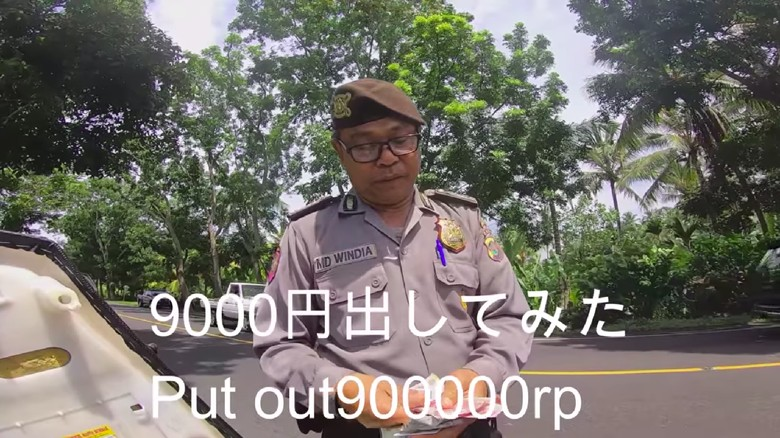 Tangkapan layar video polisi tilang WNA di Bali.