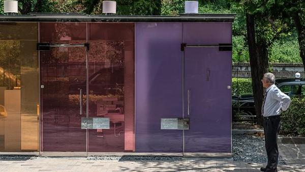 Dilansir dari Getty Images, bilik toilet unik ini didesain oleh arsitek Jepang yakni Shigeru Ban.