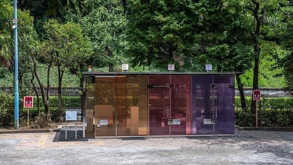 Diketahui, kehadiran bilik toilet tembus pandang di salah satu sudut Kota Tokyo ini pun merupakan bagian dari proyek Toilet Tokyo yang akan mendesain ulang 17 toilet umum di kawasan tersebut dengan berbagai desain unik dan menarik dari sejumlah arsitek dan desainer.