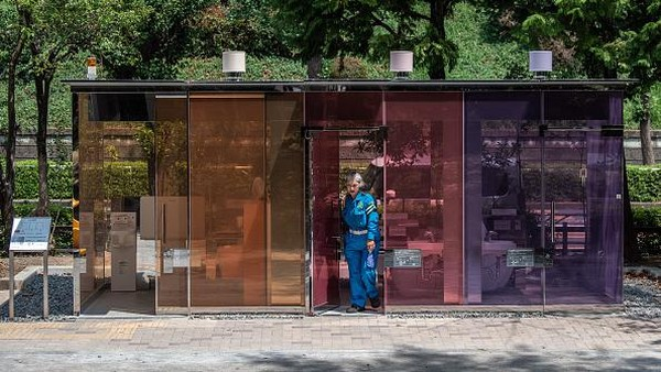 Seorang wanita keluar dari salah satu bilik toilet tembus pandang yang berada di kawasan Tokyo, Jepang.