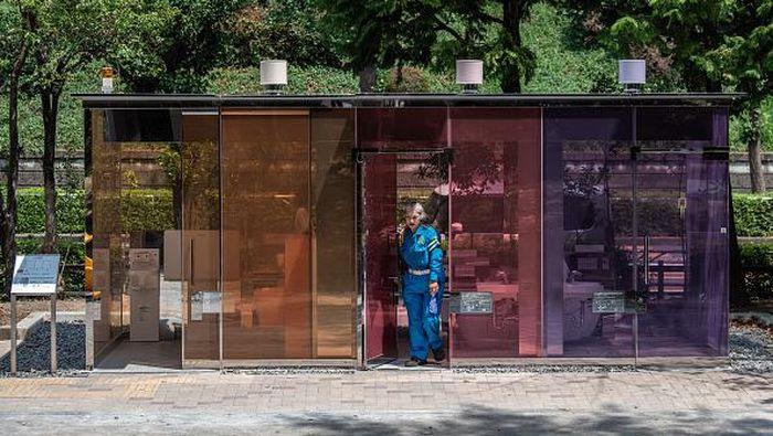 Jepang terkenal sebagai negara yang kaya akan inovasi dan kreativitas. Salah satunya, toilet warna-warni yang tembus pandang di Tokyo. Penasaran?