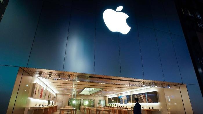 Raksasa teknologi Apple mencatatkan rekor baru. Perusahaan asal Cupertino, AS, itu kini memiliki valuasi sebesar US$ 2 triliun atau sekitar Rp 29.400 triliun (kurs Rp 14.700).