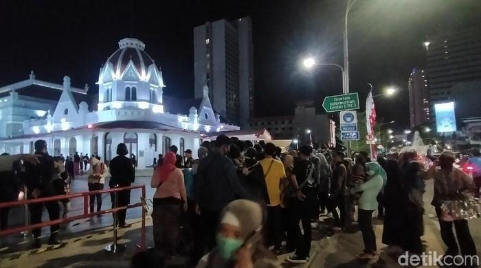 Warga di Alun-alun Suroboyo