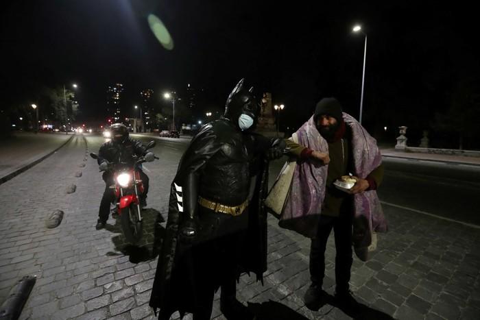 Batman Bagi-bagi Makanan