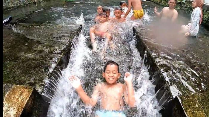 berenang di mata air Aqua
