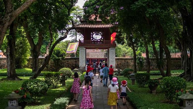 Vietnam menjadi salah satu negara yang dinilai berhasil dalam menekan penyebaran virus Corona, sehingga beberapa tempat wisata sudah mulai ramai wisatawan lagi.