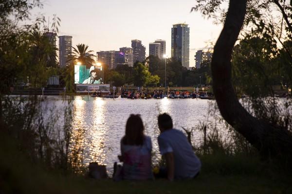 Penduduk di Tel Aviv, Israel ternyata memiliki tingkat kebahagiaan yang tinggi. Di samping itu, masyarakatnya memiliki banyak pilihan kegiatan outdoor dan tingkat obesitas yang rendah. Foto: AP/Oded Balilty